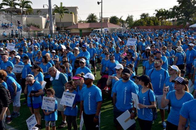 """Los miles de trabajadores de Leon Medical Centers y Leon Medical Centers Health Plans en el stadium del Milander Center, punto de partida de la Caminata """"Silvia y Benjamín Leon Jr."""""""