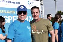 El Sr Benjamín León Jr. junto al Alcalde de la cuidad de Hialeah, Carlos Hernández.